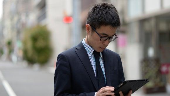hombre joven con tablet